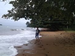 En la playa isla de Malabo