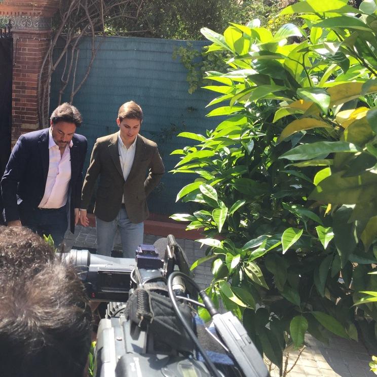 Con mi amigo, el periodista Germán Estela, grabando en casa de mis abuelos